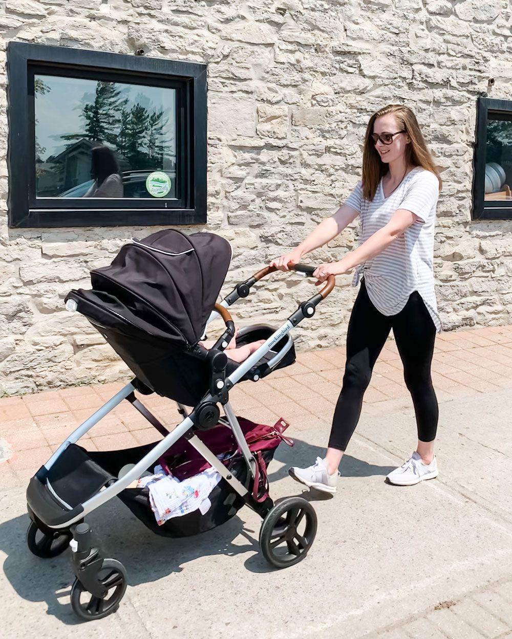 Mẹ đi dạo với con trong xe đẩy